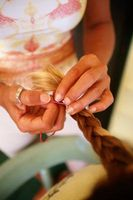 Hvordan man laver dit hår krøllet med balsam og fletninger